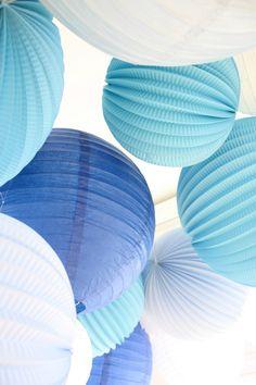 Ciel de lampions bleus et blancs pour décorer vos fêtes