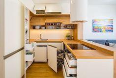 V kuchyni byla zvolena příjemná kombinace bílé barvy a dřeva.