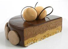 Sjokolade- og hasselnøttkake med franske makroner.