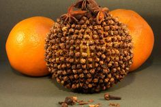Méthode naturelle pour éloigner les moustiques : les pommes d'ambre. Recouvrir la surface d'une orange de clous de girofle. La mettre sur la table de nuit, fermer porte et fenêtre. Au bout de deux jours, la pièce commencera à sentir l'odeur de girofle à l'orange et les moustiques n'entreront plus (elles conservent leur odeur plusieurs mois). D'autres astuces sur le site. À utiliser pour parfumer la maison.