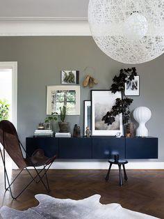 une table console suspendue avec une dcoration moderne