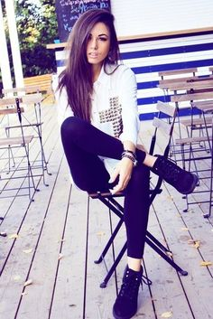 Hipster girls are best known for liking the unconventional. They're not the typical hot girls in bikinis but they can be sexy too. Glam Rock, Passion For Fashion, Love Fashion, Fashion Beauty, Fashion Edgy, Fall Winter Outfits, Autumn Winter Fashion, Grunge, Rocker