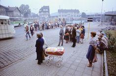 Eisenach. Busbahnhof. Wartende an der Haltestelle zur Abfahrt nach Creuzburg, 1982