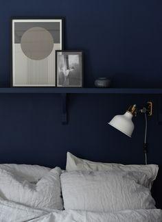 Inmålad hylla i vårt blåa sovrum