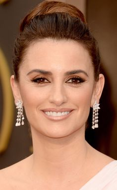 Penelope Cruz wore Chopard diamond chandelier earrings to the 2014 Academy Awards #PenelopeCruz #Chopard #diamond