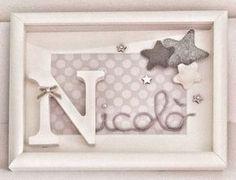 """Ed ecco anche il secondo a tema """"Stelle"""". Questo è quello in grigio per Nicolò. Quadretto 20x15, cornice bianca, iniziale in legno, nome in filo di lana, sfondo in cartoncino e applicazioni a stellina in pannolenci imbottito #intrecciamo❤ #quadrettipersonalizzati #quadrettiperbambini #stelle #stars"""