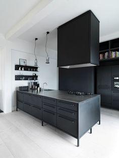 Zwarte keuken van Vipp | Copenhagen Apartment Morten Bo Jensen | © Anders Hviid Haglund | Est Magazine