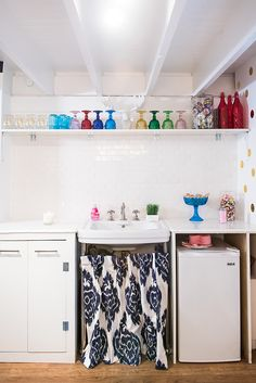 Packed Party's clean and colorful kitchen is everything! Get the full peek inside the San Francisco startup on Style Me Pretty Living!