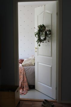 Krans 2 Oversized Mirror, Flowers, Furniture, Ideas, Home Decor, Decoration Home, Room Decor, Home Furnishings, Royal Icing Flowers