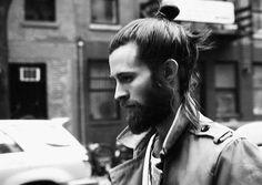 Con él te puedes sentar a escuchar LPs toda la tarde: | 29 Hombres que son la prueba definitiva de que barba + moñito en el pelo = amor