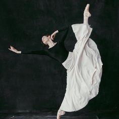 #Repost @karolinakuras @alexkmac #thecompanyproject @nationalballet #ballerina #ballet #highkicks #splits #pointe #nationalballetofcanada #karolinakuras