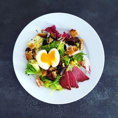Une bonne petite salade gourmande du Sud-Ouest pour varier des salades thaïs et autres poke bowls que j'adore, mais bon, on a parfois envie de retourner aux sources. Je vous propose ici une salade-repas complet plutôt rustique, parfaite pour le déjeuner. La sauce à l'huile de... #canard #salade