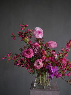 Vase Arrangements, Centerpieces, Flower Vases, Flower Art, Bouquets, Flower Delivery, Color Theory, Indoor Plants, Beautiful Flowers