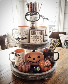 Try these exciting Halloween home decor ideas to bring in the creepy & spooky effect in your home for Halloween. These are all DIY Halloween Decor ideas. Halloween Chic, Casa Halloween, Spooky Halloween Decorations, Halloween Home Decor, Holidays Halloween, Halloween Treats, Happy Halloween, Halloween Party, Vintage Halloween