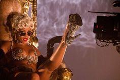 Rihanna dans le clip de Pour It Up !
