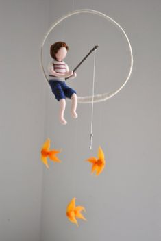 Vissen jongen Waldorf Geïnspireerd naald vilten pop Mobile: jongen met drie vis… Fishing boy Waldorf Inspired needle felt doll Mobile: boy with three fish Fishing boy Waldorf inspired needle felted doll mobile: Boy Felt Mobile, Baby Mobile, Mobile Mobile, Wool Dolls, Felt Dolls, Rag Dolls, Fabric Dolls, Crochet Dolls, Felt Crafts