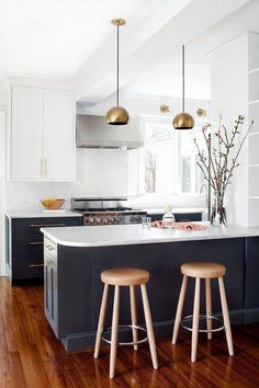 Small Kitchen Makeover brass, marble, and other current-day classics in a remodeled kitchen! - Find ideas for your brass and marble kitchen from one inspiring kitchen makeover. Brass and marble are on trend for kitchens, get inspired on domino. Black Kitchen Cabinets, Kitchen Cabinet Colors, Kitchen Colors, Upper Cabinets, White Cabinets, Brass Kitchen, Kitchen Fixtures, Kitchen Worktop, Kitchen White