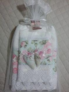 Lindo jogo de toalha de banho, com toalhas Santista, contendo uma toalha de banho, uma toalha de rosto e dois sachês perfumados com essência de Perfume da Rainha, saco em filó e tag!!!  Toalha com barra de tecido 100% algodão e renda em Guipir!    Ótima sugestão de presente para o dia das mães!! Bathroom Towel Decor, Bathroom Crafts, Gift Baskets For Women, Towel Crafts, Kitchen Hand Towels, Towel Wrap, Decorative Towels, Baby Sewing Projects, Linens And Lace