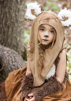 This girls Star Wars Wicket character dress with hooded shawl is a charming look inspired by the Ewoks from Star Wars Episode VI.