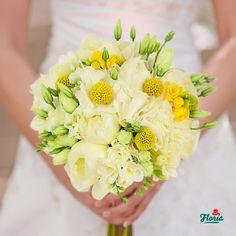 "Cea mai frumoasa zi este cea in care spui ""DA"". Alege buchetul rotund de mireasa Suras, alcatuit din 1 hortensia alba, 7 craspedia, 5 bujori albi, 5 frezia alba, 3 frezia galbena, 3 lisianthus alb."