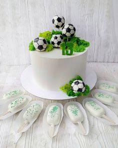 Доброе утро 😄 . Какой сделать торт для мальчика на день рождение? Если он любит пирожные кейк попс и уважает футбол? Конечно футбольные мячи, да не простые, а с любимым пирожным внутри 😆⚽ И чтобы совсем было сладко, ещё коробочку кейк попов в виде мини эскимошек на палочке. Готово! Всем вкусно, все довольны… Football Themed Cakes, Sports Themed Cakes, Fondant Cakes, Cupcake Cakes, Soccer Ball Cake, Soccer Cakes, Soccer Birthday Cakes, School Cupcakes, Dad Cake