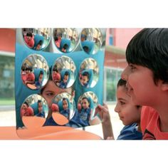 GRAND MIROIR CONVEXE HOP102, ces panneaux de miroir sont sans danger et idéal pour n'importe quel arrangement de salle de classe ou de crèche. Ces dômes miroir convexes offrent une vue déformée, amusante et intéressante du monde à explorer.