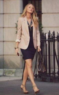 淡めカラーのロングジャケット <40代アラフォーおすすめスカートスーツ>