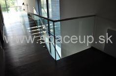 elegantne schodisko - sklenené zábradlie uchytené v nerezovej schodnici doplnené o štvorcové nerezové madlo www.spaceup.sk