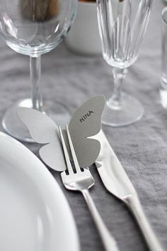 6 nemme genveje til et smukt og fint festbord 6 shortcuts to the easy party table – The Housing Magazine Party Table Decorations, Decoration Table, Wedding Decorations, Wedding Centerpieces, Wedding Table, Diy Wedding, Card Wedding, Wedding Paper, Wedding Ceremony