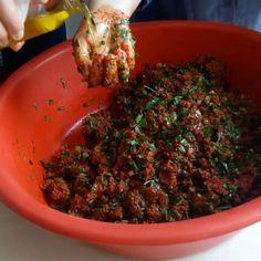 """2,553 Beğenme, 166 Yorum - Instagram'da Şemse Gökalp (@emek_ev_yemekleri): """"❌REPOST YASAK❌Bizim kırmızı leğeni özleyenleri bi görelimm...#tbt günüymüş madem...Kadınların…"""" Turkish Recipes, Ethnic Recipes, Seaweed Salad, Granola, Feta, Green Beans, Food To Make, Recipies, Food And Drink"""