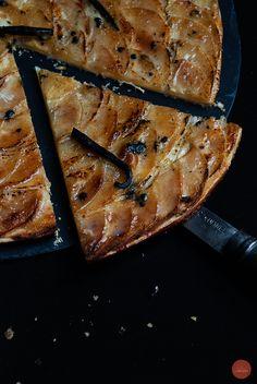 Qué difícil es encontrar una tarta de manzana buena, sin mucho azúcar, sin relleno pesado y sin cobertura artificial. Es de esos postres que siempre apetecen pero que no se suelen comprar por esas ...