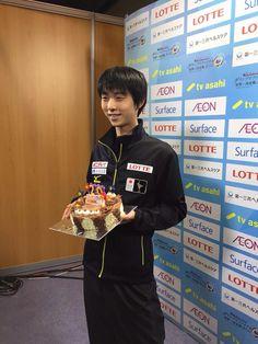 After Senior Men practice Yuzuru Hanyu was surprised with a birthday cake from our partner TV Asahi. Wish him many more!    ISU Figure SkatingのFBより