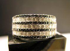 Anel de diamantes negros e brancos