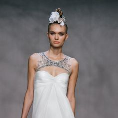 Isn't the top of this Monique Lhuillier dress to die for? So different and so stunning!