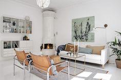 accente maro in decorul unui living in alb