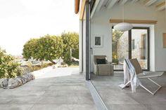 Horizon Italian Tile's Thar beige tile on both the interior and outside Terrace Tiles, Terrace Floor, Deck Tile, Outdoor Wood Tiles, Outdoor Flooring, Exterior Gris, Exterior Design, Stone Look Tile, Stone Tiles