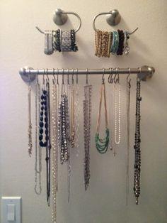 Un organizador de toallas y ganchos brindan una forma práctica para colgar collares y almacenar tus brazaletes, sin que se enreden en un joyero. Encuentra cómo hacerlo aquí.