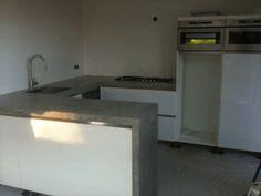 Keuken hoogglans wit/ beton ciré werkblad