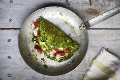 «Πράσινη» ομελέτα με τυρί, λιαστές ντομάτες και κουκουνάρι