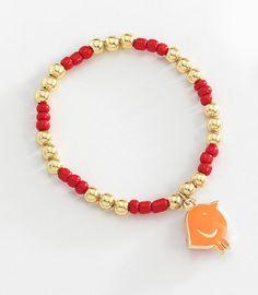 Bonita pulsera de chaquiras rojas y esferas en 4 baños de oro de 18 kt y dije de pajarito naranja. Modelo 41510911.