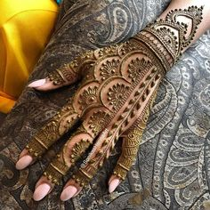 Legs are a very beautiful canvas for showcasing Mehndi. It is a tradition for the Indian bride to apply mehndi both on the hands and the legs. Mehndi Designs Finger, Henna Hand Designs, Indian Mehndi Designs, Mehndi Designs For Girls, Mehndi Designs For Beginners, Modern Mehndi Designs, Mehndi Design Pictures, Beautiful Henna Designs, Latest Mehndi Designs