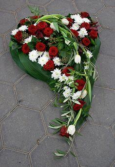 Billedresultat for trauerfloristik urnengestecke Funeral Flower Arrangements, Funeral Flowers, Floral Arrangements, Daffodils, Tulips, Kinds Of Salad, Arte Floral, Ikebana, Christmas Wreaths