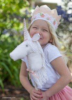 unicorn for your little princess DIY_Felt_Stick_Unicorn_Horse tutorial and… Party Unicorn, Unicorn Birthday Parties, Rainbow Unicorn, Birthday Ideas, Felt Crafts Diy, Felt Diy, Diy Christmas Gifts For Kids, Diy For Kids, Stick Horses