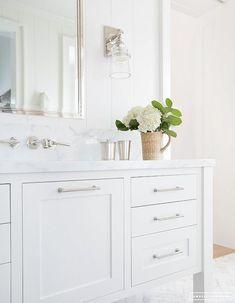 Interior Hardware Trends for your Bathroom - Drawer Handles Bathroom Vanity Trends, Traditional Bathroom, Bathroom Wall Decor, Bathroom Styling, Amber Interiors, Bathroom Interior, Custom Bathroom Vanity, Bathroom Vanity Style, Bathroom Decor