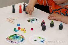 Malen mit Leim und Lebensmittelfarben.