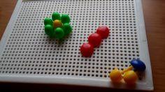 Układanie wzorów na tablicy (kreatywne pinezki).