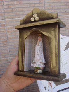 Oratório: como fazer!!! - Jeito de Casa Religious Icons, Religious Art, Catholic Altar, Cigar Box Crafts, Faith Crafts, Altar Design, Prayer Corner, Spiritual Decor, Home Altar