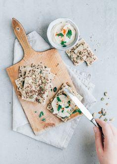 Vandaag delen we het recept van deze lekkere zadencrackers van havermout. Ja, je leest het goed. De crackers zijn gemaakt van havermout.