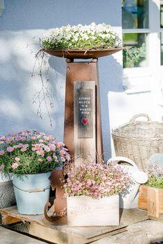Vintage Stuhl Vor Alter Nähmaschine Mit Blumenschale Und Weidenkranz, In  Blühendem Garten | Shabby Garten | Pinterest | Shabby Vintage, Garden Art  And ...