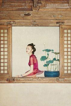 Sun Jun孫郡作品中帶有濃濃的中國韻味,運用攝影為創作媒材並繪畫融合的創意源自於他7歲學習國畫以及畢業中國美院的背景,將中國畫的寧靜與寫意融入其中,那些如夢似幻、分不清楚是畫還是照片的畫面就是他的最大特色,曾被媒體稱譽為「攝影詩人」美名,一語道出了他作品的古典雅緻。